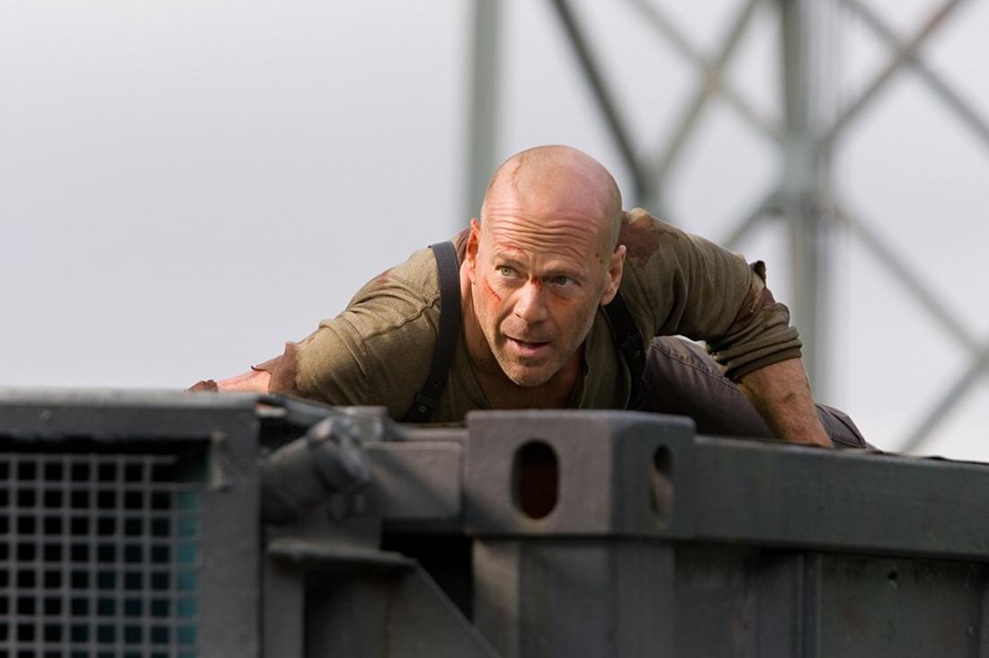 Trên đường áp giải tội phạm, McClane vô tình khám phá ra âm mưu khủng bố của Thomas Gabriel.