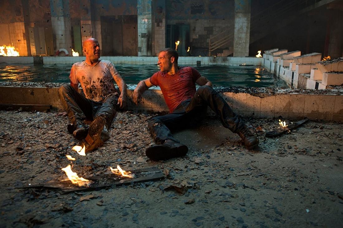 Lấy bối cảnh ở Mátxcơva, Nga, ''A Good Day to Die Hard'' là câu chuyện hội ngộ của cha con thám tử McClane sau nhiều năm xa cách trong một hoàn cảnh hết sức éo le, đầy thử thách.
