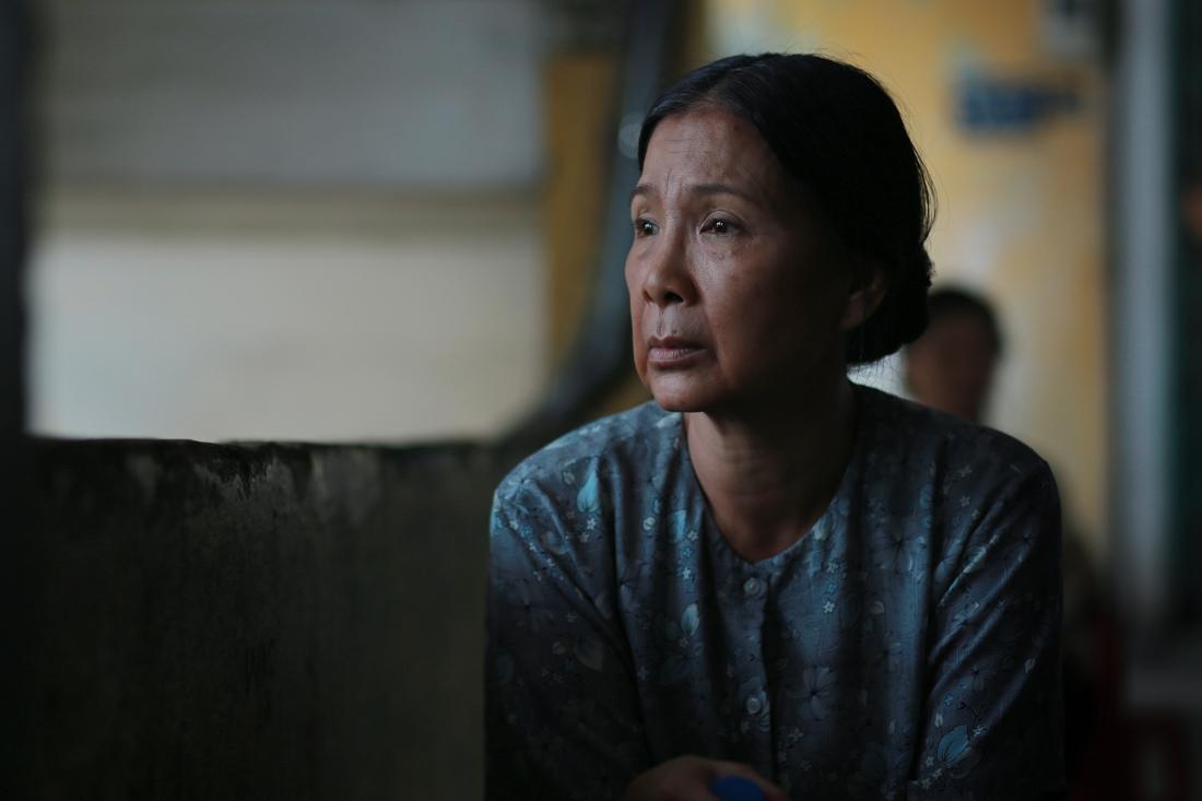 Nghệ sĩ ưu tú Kim Xuân trong vai bà Tư - người mẹ nghèo ngày ngày ngóng đợi con trở về.