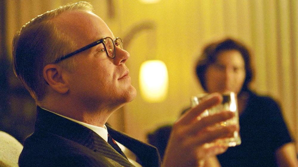 Philip Seymour Hoffman trong vai Truman Capote