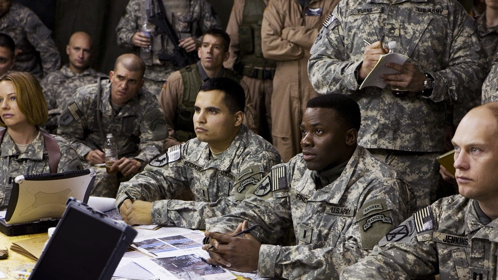 Hai sinh viên đầy nhiệt huyết Arian và Ernest đã tham gia vào cuộc chiến ở Afghanistan