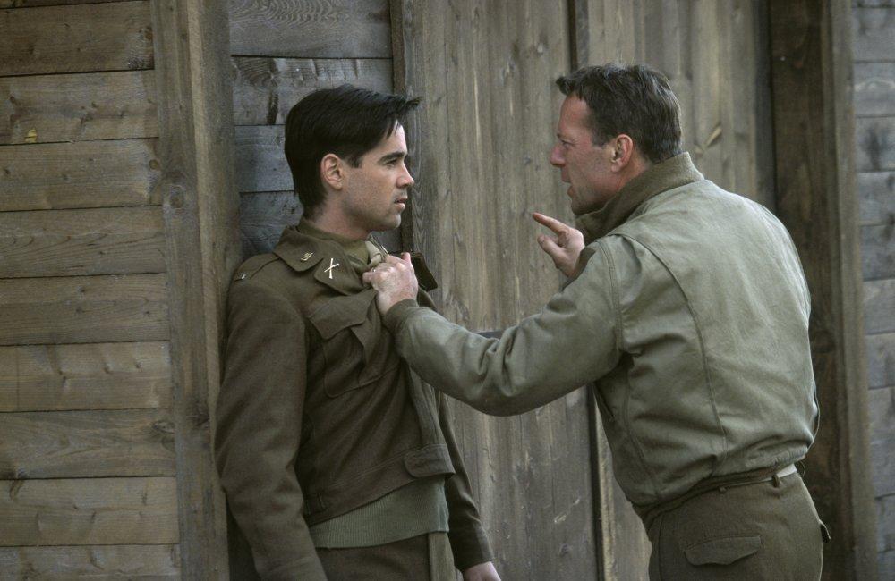 Colin Farrell trong vai Thomas Hart và Bruce Willis trong vai McNamara.
