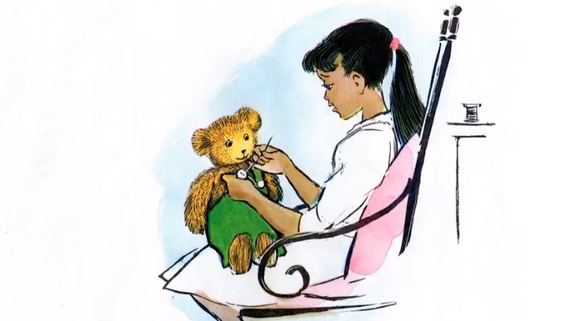 Lisa đang khâu cúc áo cho gấu Corduroy.