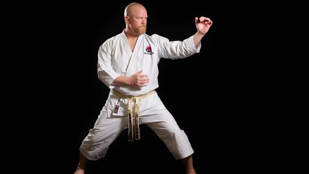 Để tăng sức cho các động tác tấn đỡ, Karate sử dụng kỹ thuật xoay hông hay kỹ thuật kime, để tập trung lực năng lượng toàn cơ thể vào thời điểm tác động của cú đánh.