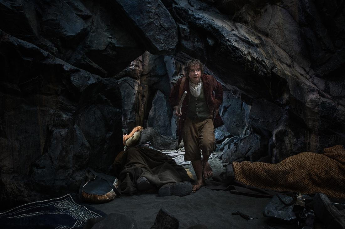 Bilbo Baggins bị cuốn vào một chuyến phiêu lưu phi thường để đoạt lại xứ sở Người Lùn đang bị chiếm giữ bởi con rồng khổng lồ Smaug.
