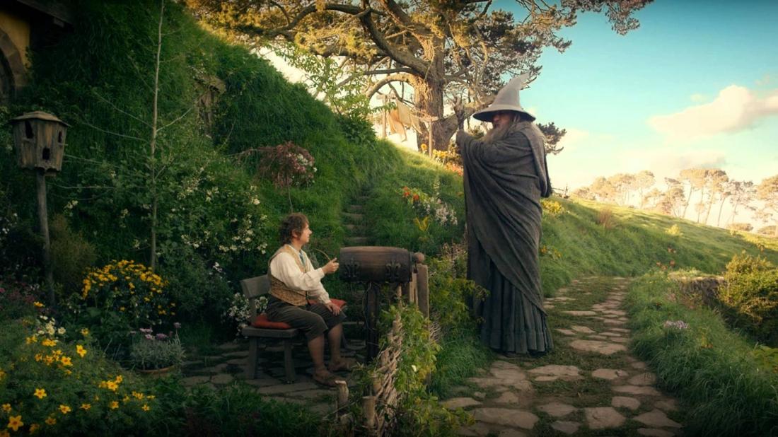 Chuyến đi của Bilbo có sự hộ tống của Pháp sư Gandalf Áo Xám và 13 thành viên tộc Người Lùn mà dẫn đầu là hoàng tử Thorin Oakensheild.