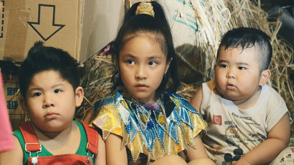 Ku Tin, Simba và Minh Châu là ba đứa trẻ vừa bị bắt cóc và đang trong thời kỳ ''vỗ béo'' chờ ngày đem bán.