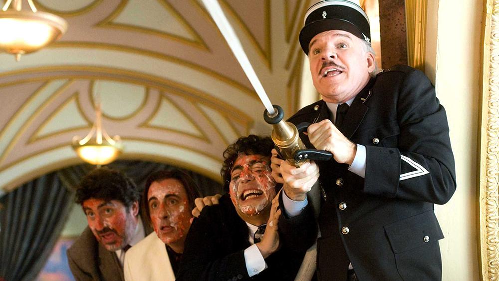 Trong phần 2, thanh tra Clouseau được cử tham gia cùng một nhóm các thám tử và chuyên viên quốc tế
