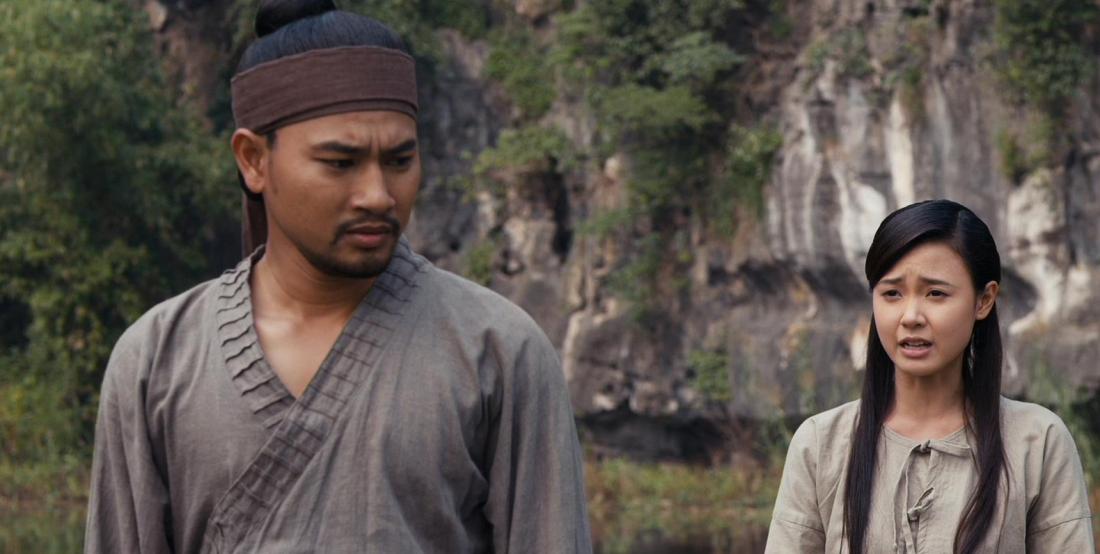Trên đường hành hiệp, Nguyên Vũ gặp Hoa Xuân, một thiếu nữ xinh đẹp, giỏi võ đang tìm cách trả thù cho gia đình khi cha mẹ và người chị lớn bị Thái hậu sát hại.