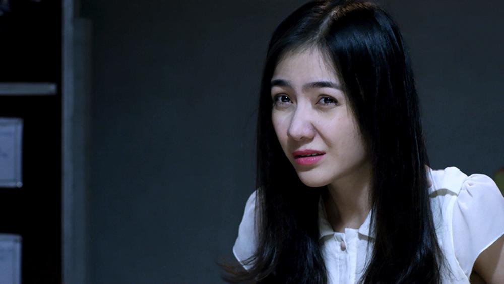 Một cô gái tìm đến thám tử lừng danh Hên Ry nhờ anh điều tra về vụ tai nạn bí ẩn của chồng mình