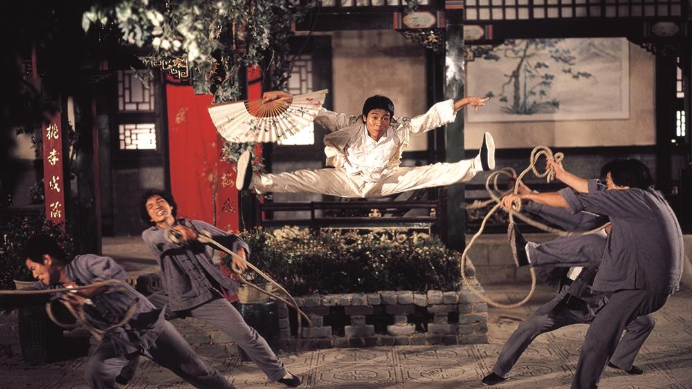 Trong một lần nghe lỏm, Tiểu Hầu biết năm xưa sư phụ bị hãm hại nên tìm cách rửa oan cho người.