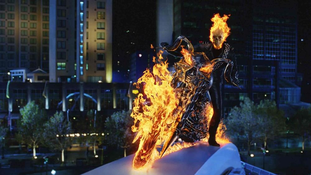Để rồi khi màn đêm buông xuống, anh lại biến thành Ma tốc độ với cái đầu lâu rực lửa và chiếc môtô phân khối lớn.