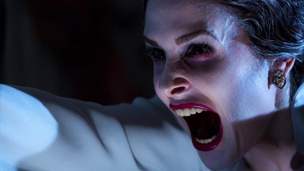 Có lần Renai - vợ của Josh, đã bị một ma nữ mặc váy dài màu trắng tấn công đến bất tỉnh.