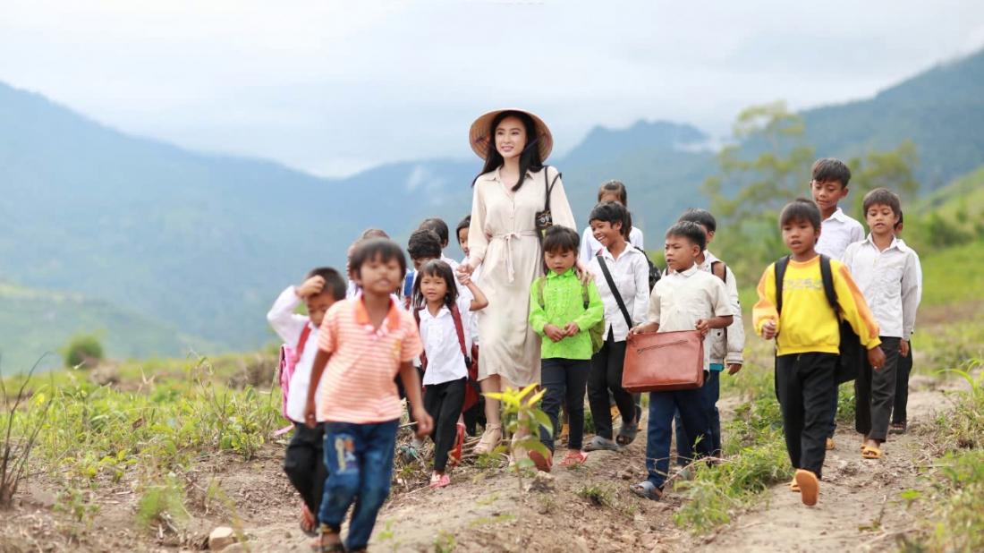 Là tiểu thư nhà giàu, từng đi du học nước ngoài nhưng Phong Linh lại tình nguyện đến dạy học tại ngôi trường ở vùng Tà Lung nghèo khó.