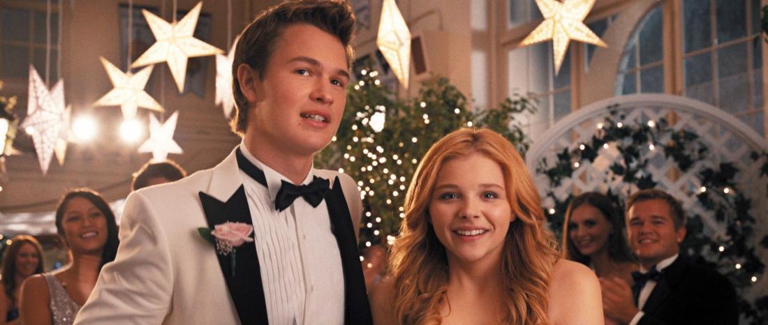 Carrie xinh đẹp và lộng lẫy, sánh đôi bên cậu bạn Tommy trong buổi tiệc của trường.
