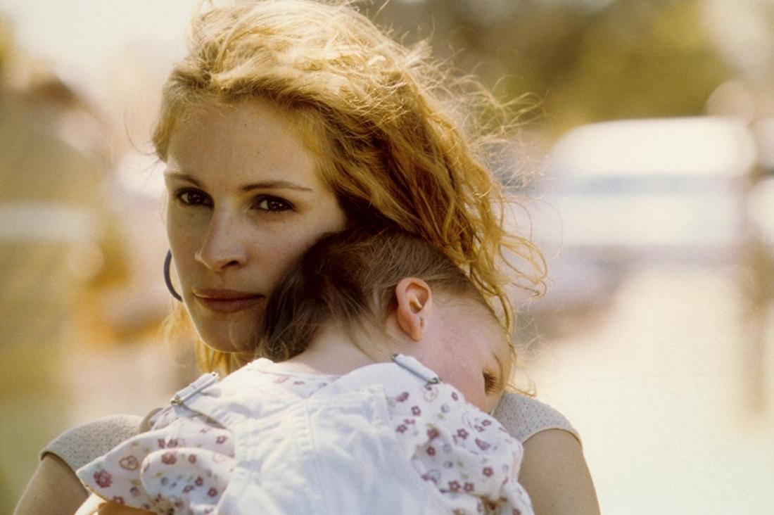 Phim là câu chuyện kể về Erin Brockovich - người mẹ có ba đứa con và đã ly hôn hai lần nhưng không chấp nhận đầu hàng trước những bất công xã hội.