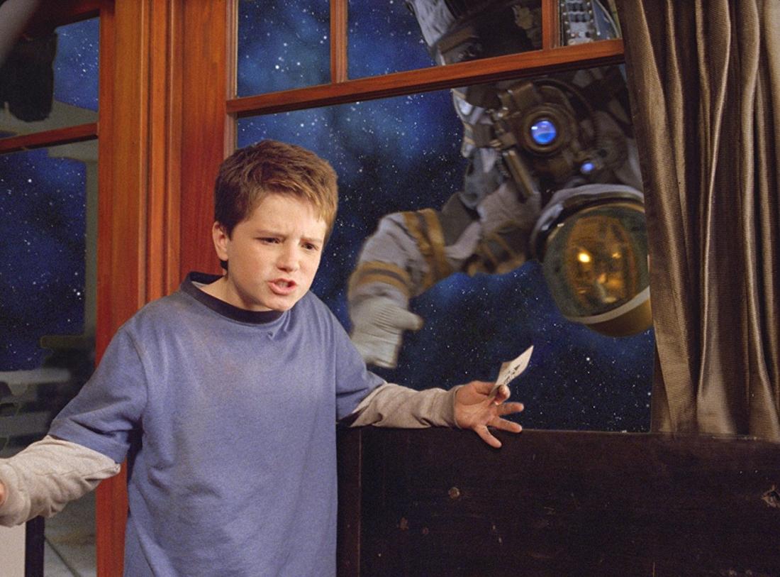 Sau khi khám phá ra bộ đồ chơi cũ Zathura, hai anh em kinh hãi khi thấy cả căn nhà đã bị dịch chuyển ra ngoài không gian.