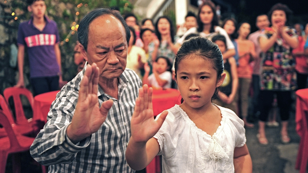 Hai ông cháu, hai ngôn ngữ, hai thế hệ, hai tư tưởng sống chung dưới một mái nhà nên đã xảy ra nhiều xung đột.