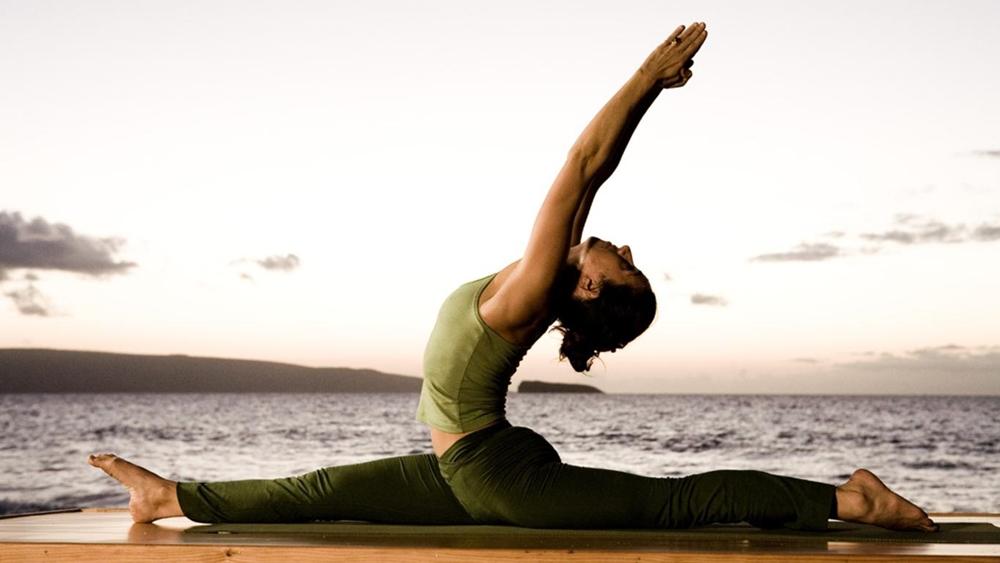 Đặc trưng của các bài tập yoga là sự phối hợp nhịp nhàng giữa các động tác uyển chuyển, mềm dẻo với hơi thở.
