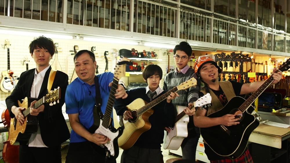 Một sinh viên mới tốt nghiệp, một học viên cao học thất nghiệp và một học sinh trung học đã hội tụ tại cửa hàng dụng cụ âm nhạc của một nhạc sĩ đầy tham vọng