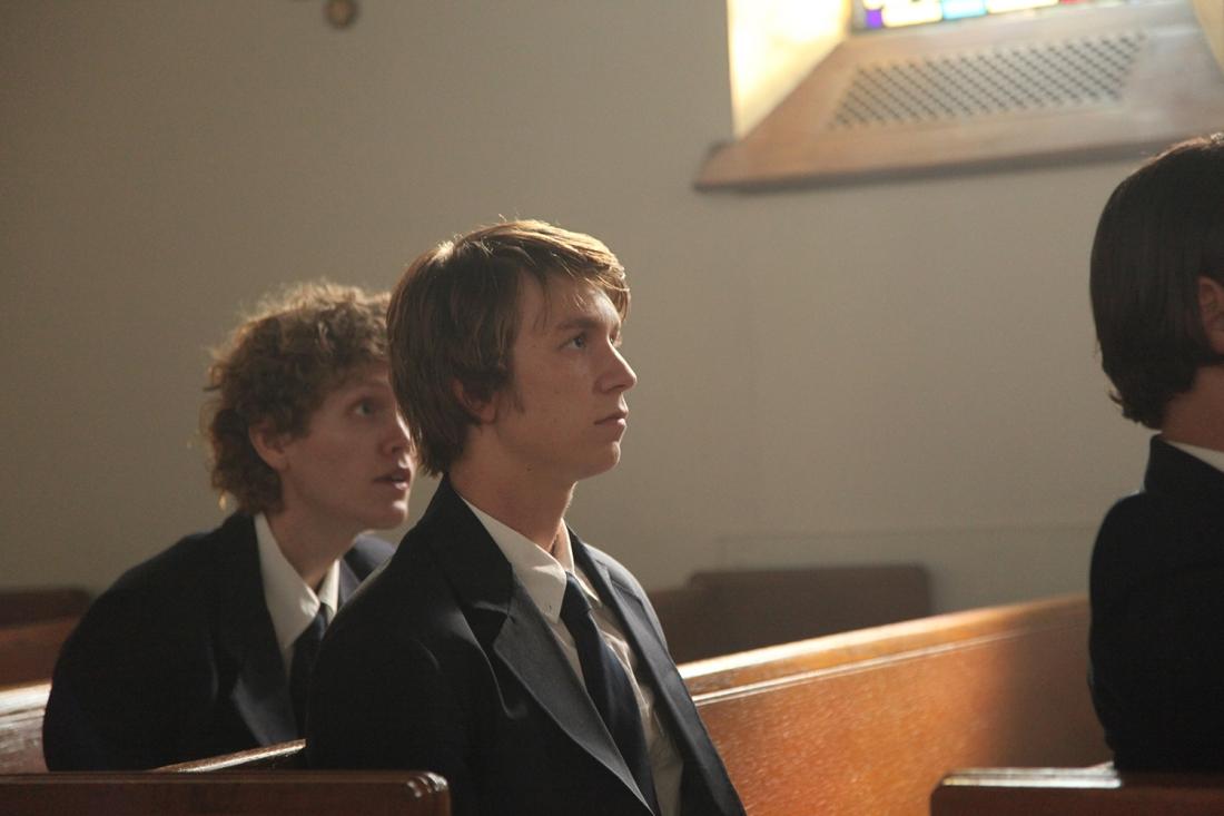 Chiều lòng mẹ, Toby miễn cưỡng nhập học và cậu nhanh chóng nhận ra Sage Hall không phải là nơi dành cho mình.