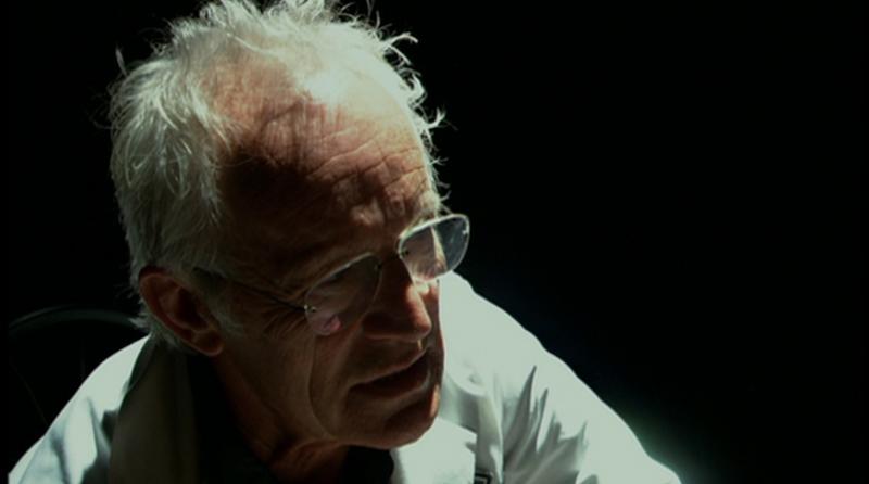 Lance Henriksen trong vai gã Tiến sĩ điên Fibrian.