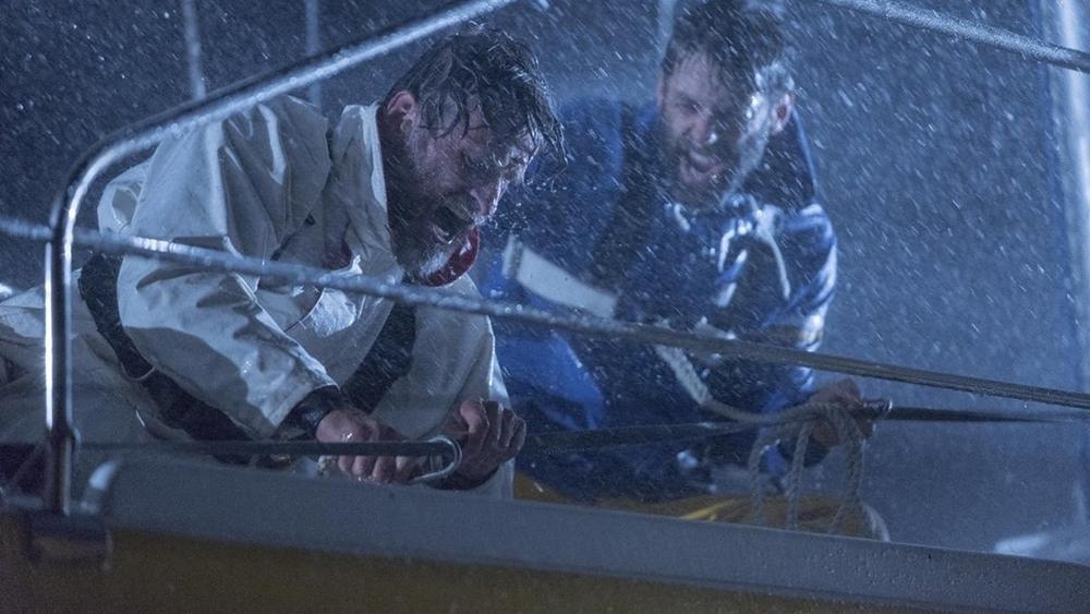 Họ dùng hết sức bám trụ trên tàu, vượt qua trận bão