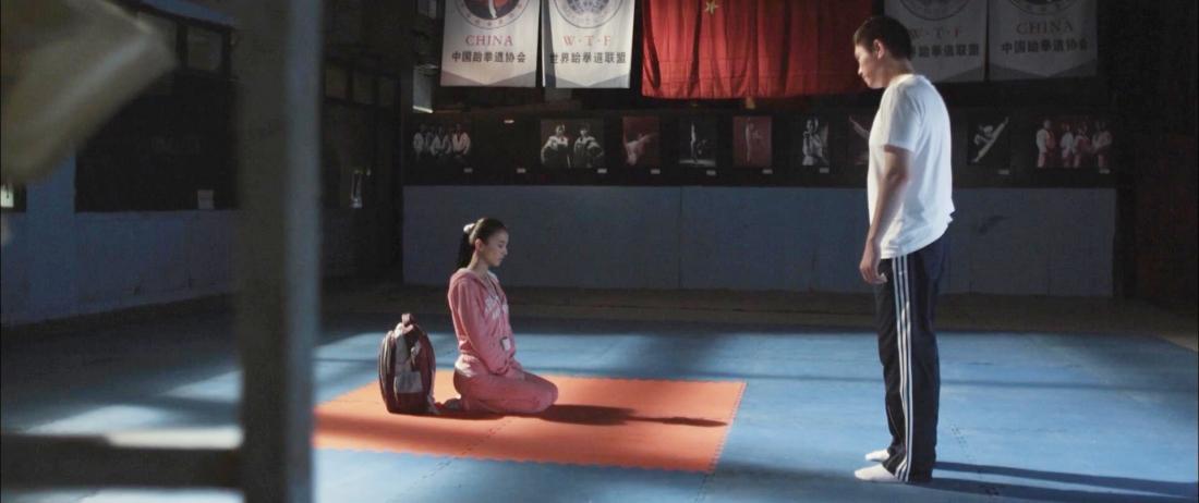 Cô gái Linh Linh đến phòng tập của cựu võ sĩ Taekwondo Triệu Húc Dân với mong muốn được bái ông làm sư phụ.