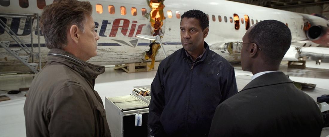 Whip Whitaker là một phi công giỏi, có nhiều kinh nghiệm bay trong nhiều năm. Tuy nhiên anh lại nghiện rượu nặng, thậm chí hút cả ma túy.
