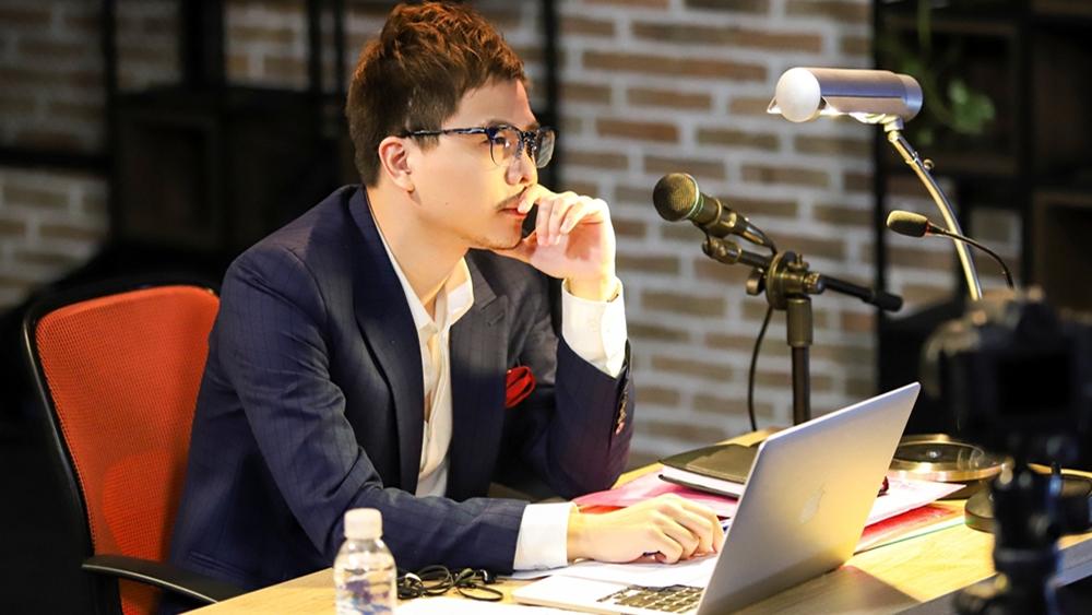 Trong một chương trình phát thanh, Sơn Huy đã khuyên bà mẹ đơn thân tuổi đôi mươi Mi Trần hãy đi tìm người cha thất lạc