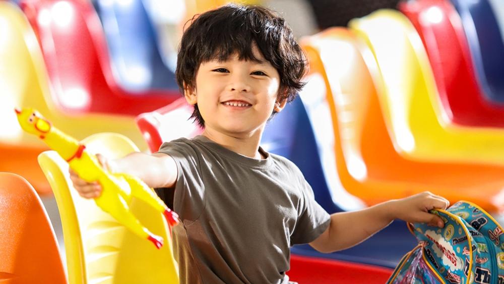Đứa cháu ngoại 5 tuổi bỗng dưng xuất hiện làm xáo trộn cuộc sống của Sơn Huy
