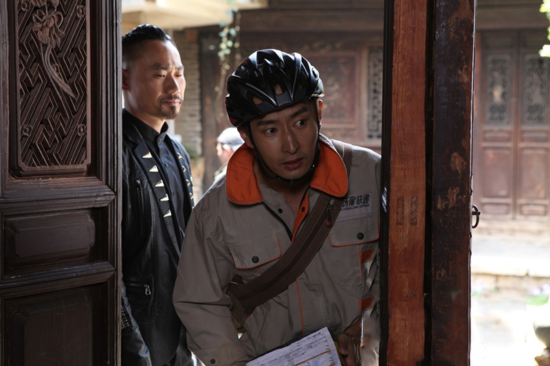 Nhân viên chuyển phát nhanh Lý Tử Uy trong lúc lấy hàng đã vô tình chứng kiến hiện trường một vụ án giết người và tên hung thủ muốn chiếm đoạt kiện hàng bí ẩn trên tay anh.