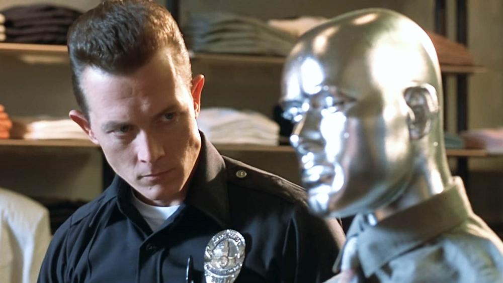 Skynet gửi thêm một robot khác, mạnh mẽ hơn để tiêu diệt Sarah Connor và con của cô