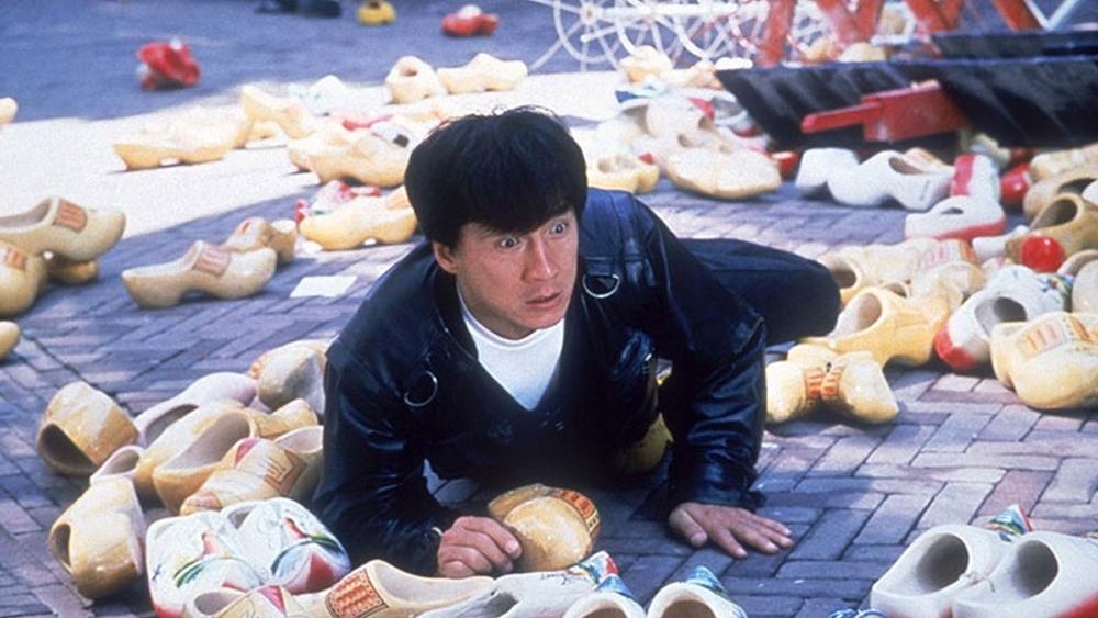 Thành Long vào vai một đặc vụ bị mất trí sau khi nhảy xuống khỏi trực thăng.