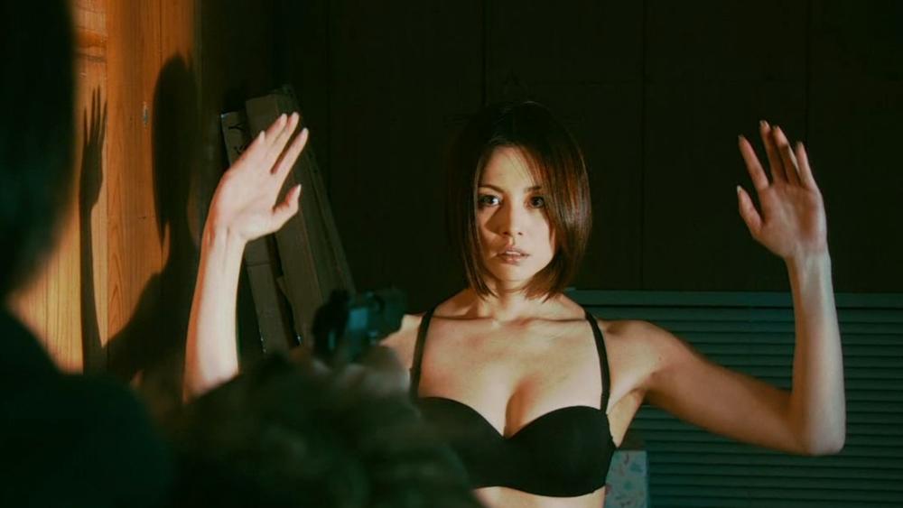Một phân cảnh trong ''The Negotiator'' khi Reiko bị tên khủng bố uy hiếp.