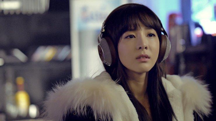 Si Hyun đã tự bảo vệ mình bằng cách mang một bộ tai nghe khổng lồ.