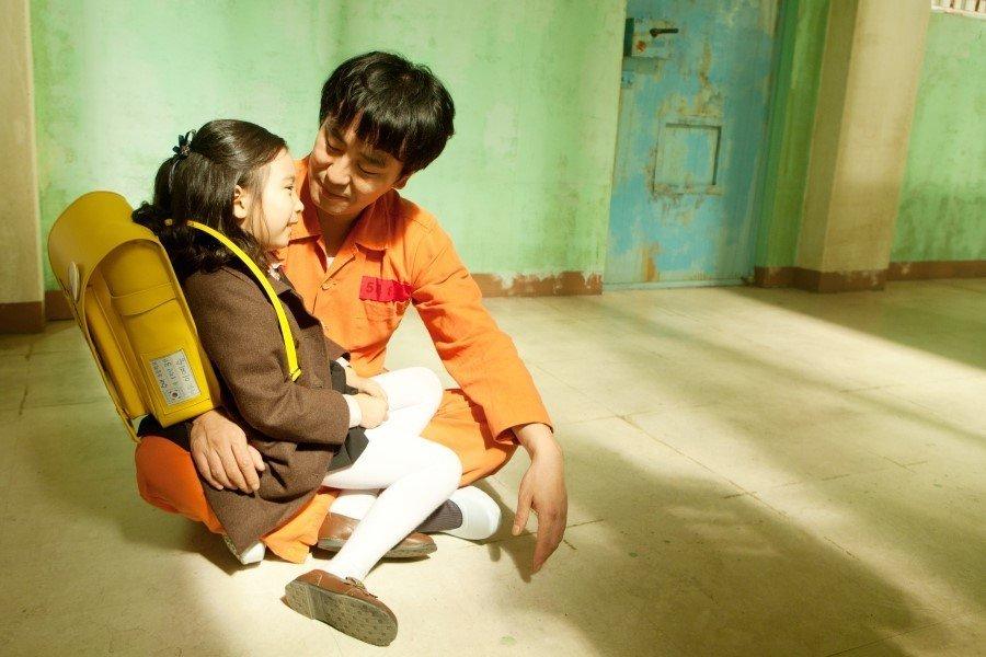 Sau khi người bố tội nghiệp bị bắt giam, Ye Seung đã tìm được cách lẻn vào buồng giam để được ở bên bố trước ngày thi hành án.