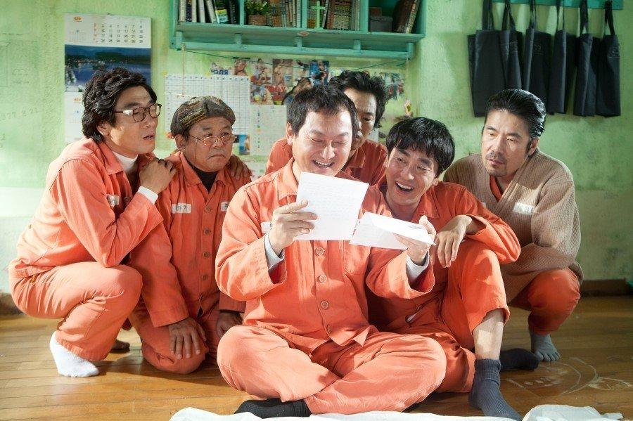 Người đàn ông tội nghiệp Yong Goo bên những người bạn tù.