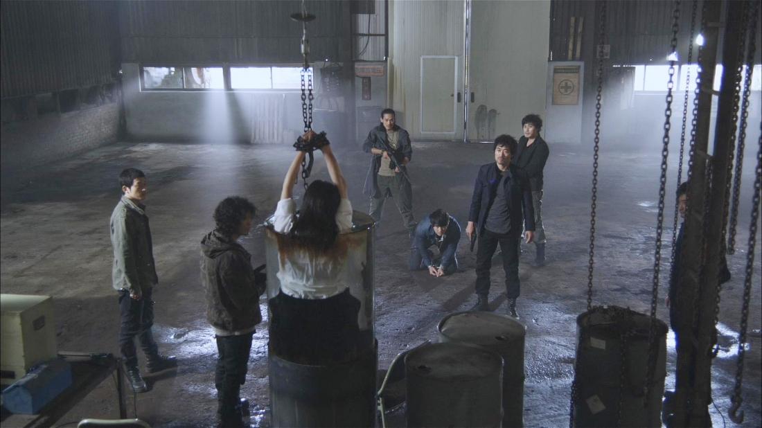 Bọn tội phạm tra tấn Hye In trước mặt Jung Woo.