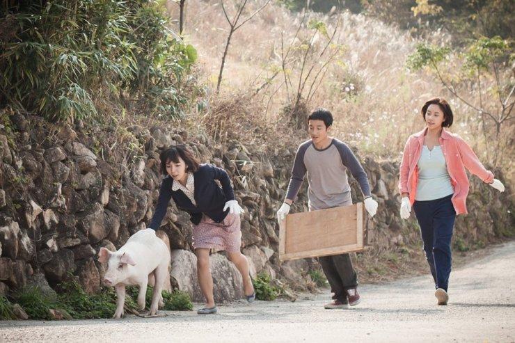Phim xoay quanh một ngôi làng nổi tiếng về câu cá hố nhưng giờ chỉ còn là vỏ bọc bên ngoài.
