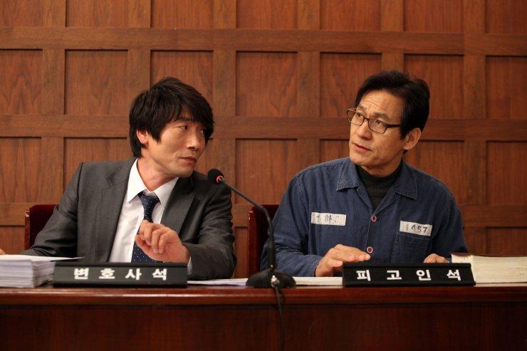 Giáo sư Kim bị bắt nhưng nhất quyết không thừa nhận đã dùng nỏ bắn đối phương, trong khi vị thẩm phán lại một mực khẳng định mình bị trúng tên.