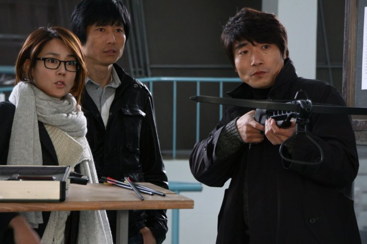 Park Joon - luật sư bào chữa cho giáo sư Kim cùng cây nỏ tang vật.