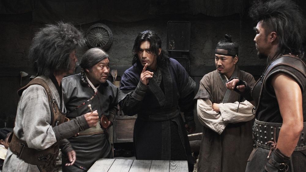 Để thực hiện vụ trộm táo bạo, Lee Duk Moo đã tuyển những chuyên gia hàng đầu ở những lĩnh vực đặc trưng cần cho trộm băng