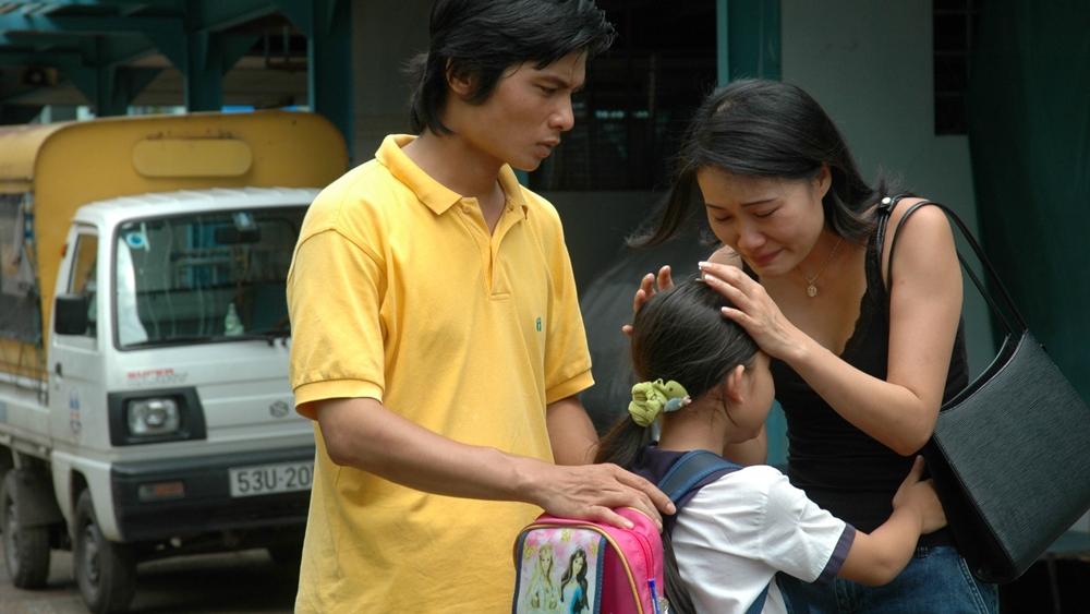 Tại đất Sài Gòn, Thủy đã gặp, nương tựa và giúp đỡ cho hai người trẻ cô đơn là Hải và Lan để họ tìm được tình yêu ở nơi nhau.