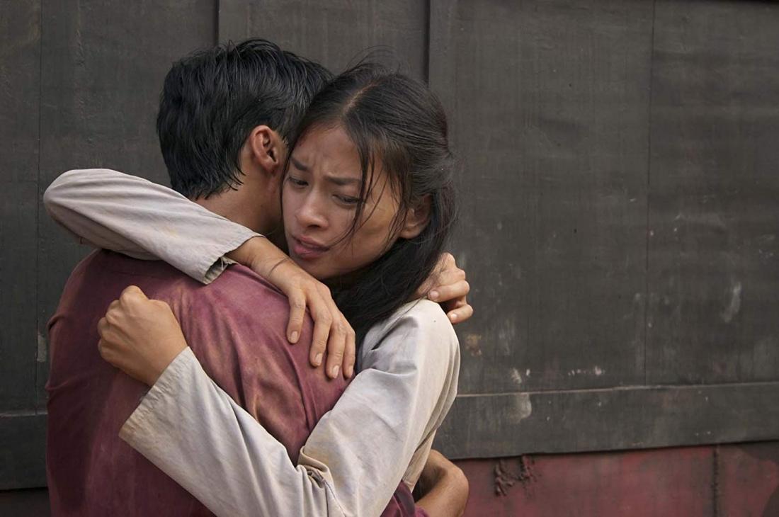 Cảm phục trước sự kiên cường của cô gái, Cường đã đem lòng yêu mến Thúy.