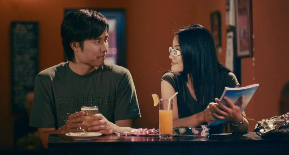 Khi về Việt Nam, Dũng tình cờ gặp Thảo và bị cuốn hút bởi sự quyến rũ và cách ăn nói duyên dáng của cô.