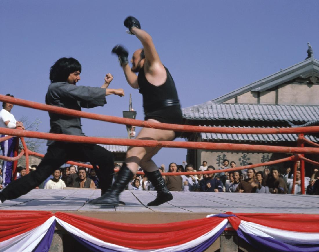 Trương Đức Thái tỉ thí với một võ sĩ phương Tây.