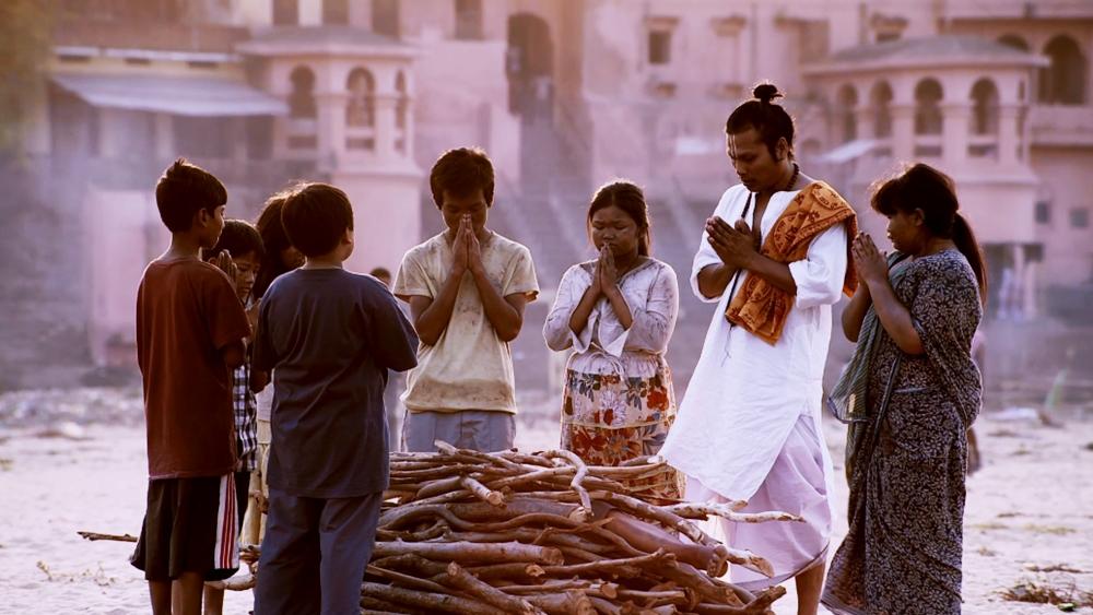 Trong lúc đi tìm lại đoàn của rmình, các em đã gặp những bạn nhỏ nghèo khổ ở Ấn Độ