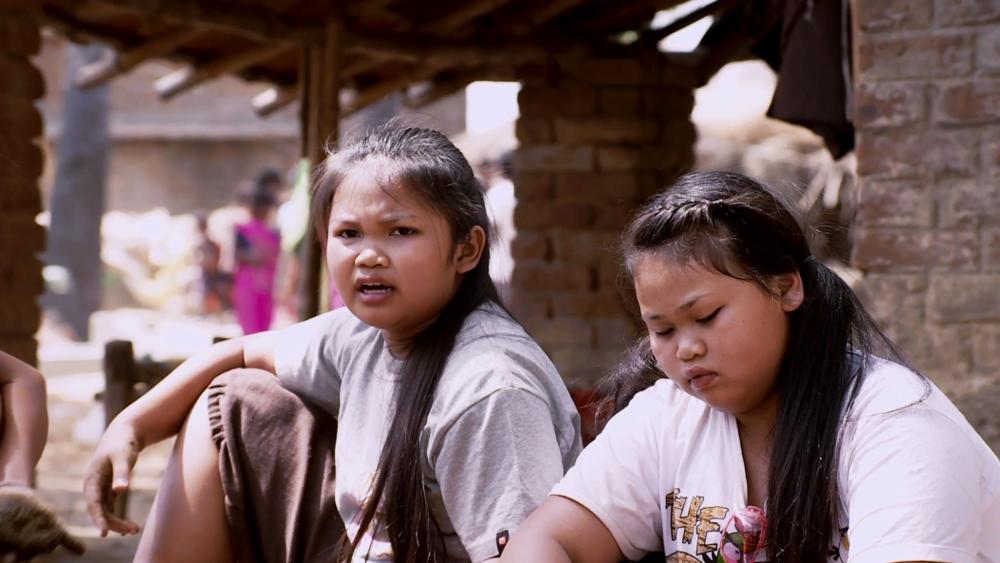 Nam Khing và các bạn được đưa tới thăm một ngôi chùa ở Ấn Độ