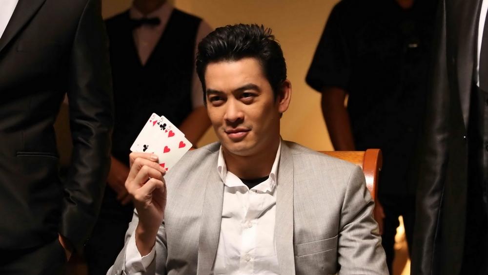 """Sau đó, để trả món nợ cho bọn mafia, họ đã nghĩ ra một kế hoạch ''thiên tài""""'': ăn gian trong casino của một thần bài huyền thoại."""